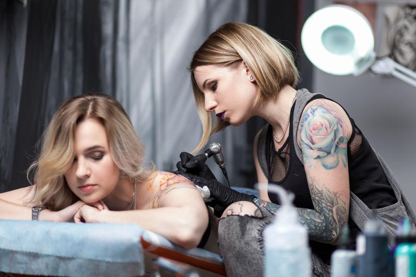 Schulter frauen tattoo Tattoo Schriftzug